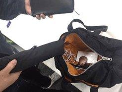 バッグを開封し検査員が中身をチェックして確認・記録しています。